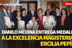 Presidente Medina entrtega medalla a la Excelencia Magisterial Ercilia Pepín