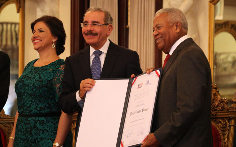 Osvaldo Santana recibiendo el Premio Nacional de Periodismo de manos del presidente Danilo Medina