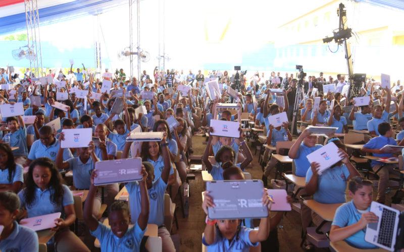 Gobierno de Danilo Medina pone en marcha República Digital Educación; cientos de estudiantes reciben computadoras