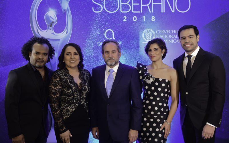 Con ustedes, los conductores del premio Soberano 2018: Nashla Bogaert y Roberto Ángel Salcedo