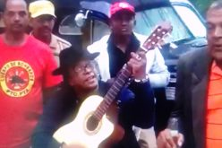 (Video) Sergio canta el merengue «El lápiz» con un coro de Villa invitando al 40 aniversario de Los Rosario