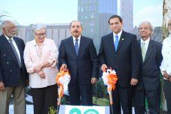En Santiago, Danilo da el primer palazo para construcción de ,la Torre Quirúrgica de Unión Médica del Norte