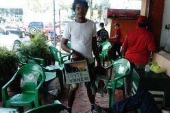 El limpiabotas-artista que cobra hasta 100 pesos por «limpiar» un par de zapatos…