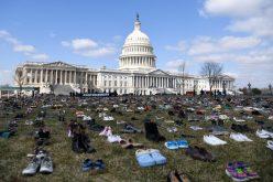 Al menos 7 mil pares de zapatos protestando frente al Congreso EEUU contra tiroteos en escuelas