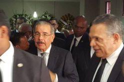 Presidente Medina asiste a funeraria ofrecer pésames a familiares del empresario Rafael Perelló y del padre del ministro Ramón Ventura Camejo