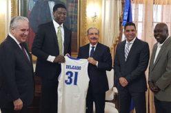 Presidente Medina recibe al basquetbolista Ángel Delgado, de Seton Hall Pirates en la NCAA