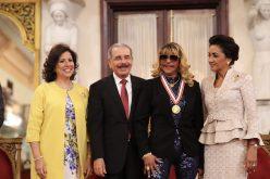 Fefita La Grande, feliz, recibiendo su Medalla al Mérito de manos del presidente Danilo, con la Primera Dama y la Vice Margarita