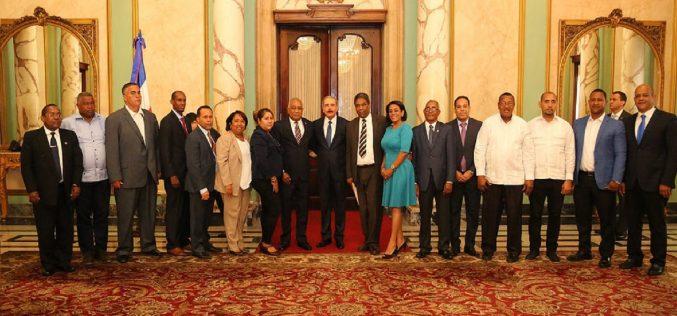 Los alcaldes de Barahona recibidos por el presidente Medina