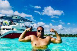 El Súper Vidal (Cedeño) en las aguas marinas de la isla Saona… Schwarzeneger le quedó chiquito…