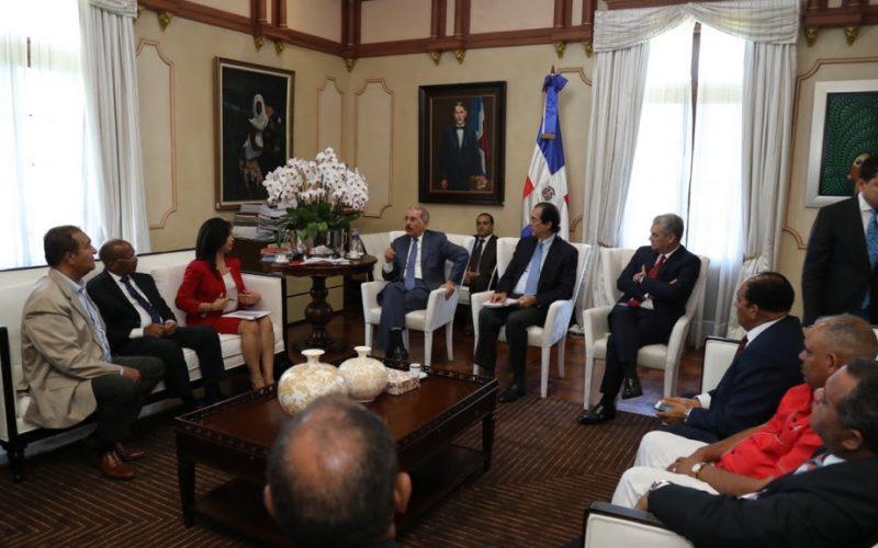 Video sobre reunión del presidente Medina con Juan Hubieres, Antonio Marte y otros transportistas en el Palacio Nacional