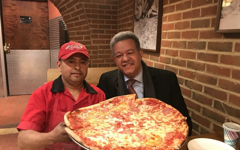 Leonel, goloseando su pizza…