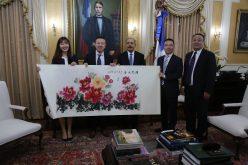 Presidente Medina recibe en su despacho a ejecutivos empresa china Huawei