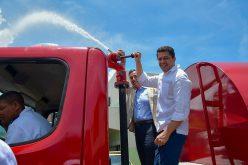 Un «camión de Bomberos» para el alcalde David Collado y el ayuntamiento DN donado por Fundación Tropigas