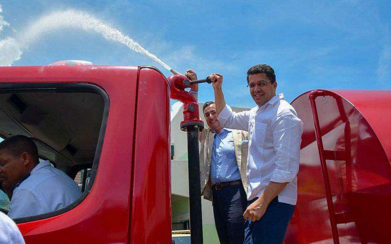 """Un """"camión de Bomberos"""" para el alcalde David Collado y el ayuntamiento DN donado por Fundación Tropigas"""