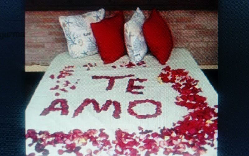 """(Video) La Vieja Fefa encontró un """"Te amo"""" dibujado en rosas en su cama… Así es de tórrido su romance con su nuevo amor"""