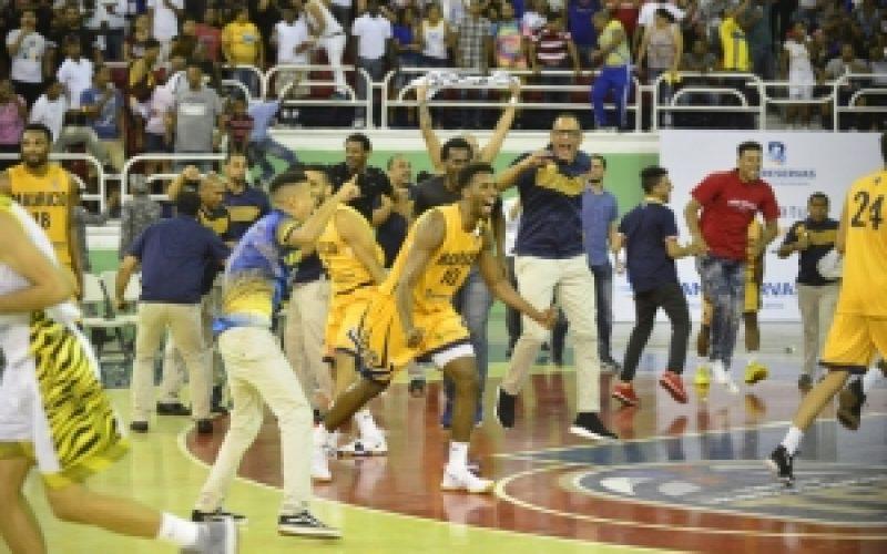 """""""¡Enhorabuena!"""", Leonel Fernández felicitó al equipo de Villa Juana, su barrio, el Mauricio Báez, por coronarse campeón del torneo de Baloncesto Superior del DN"""