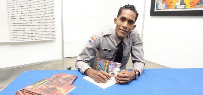 El policía-poeta ha puesto en circulación su segundo libro: » Palindromía del Insomnio»