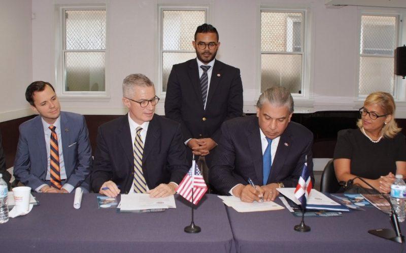 Cónsul de RD en Nueva York firma acuerdo para prover identidad a ex confinados dominicanos y facilitarle acceeso a empleos