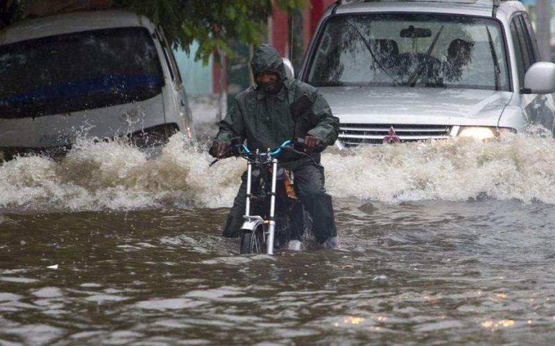 """(Video) Vidal Cedeño con Triffolio viendo la lluvia caer en Santo Domingo y criticando y """"bufeándose"""" el sistema de drenaje de la ciudad"""