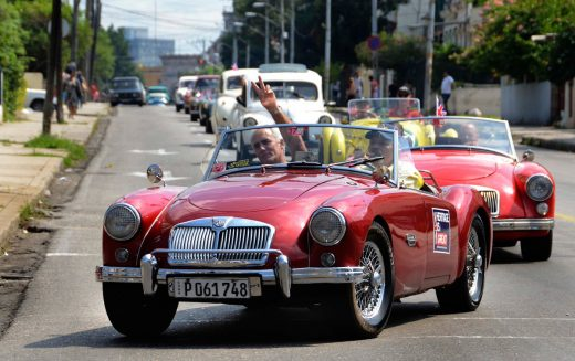 Autos británicos de más de 5 décadas aún ruedan por calles de La Habana