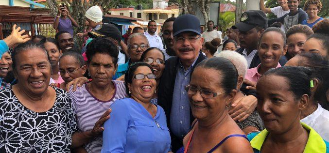 Danilo se ve feliz en su baño de pueblo en Miches; brinda asistencia a productores de coco y cacao orgánico