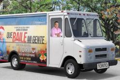El Torito invitando a «encaramarse» en el camión para la fiesta navideña que lleva a su pueblo de Bonao