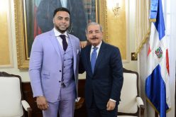 Nelson Cruz, estelar de Grandes Ligas, con el presidente Danilo Medina en Palacio