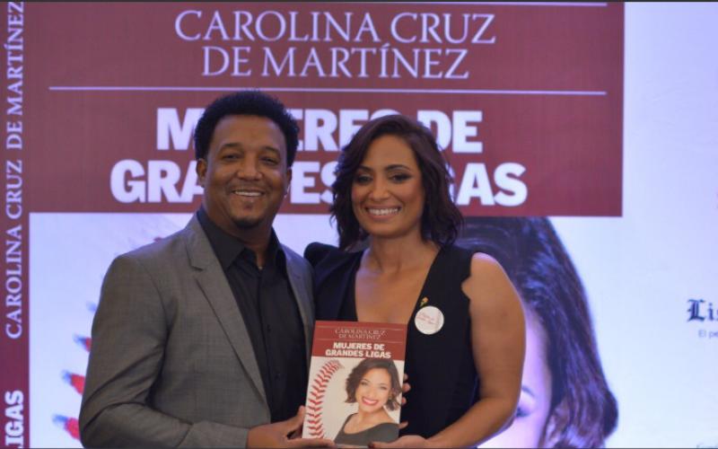 """Pedro Martínez y su reconocimiento a Carolina su esposa por publicación de """"Mujeres de Granes Ligas"""", su libro: """"Felicidades mi amor, compañera incondicional, esposa"""""""