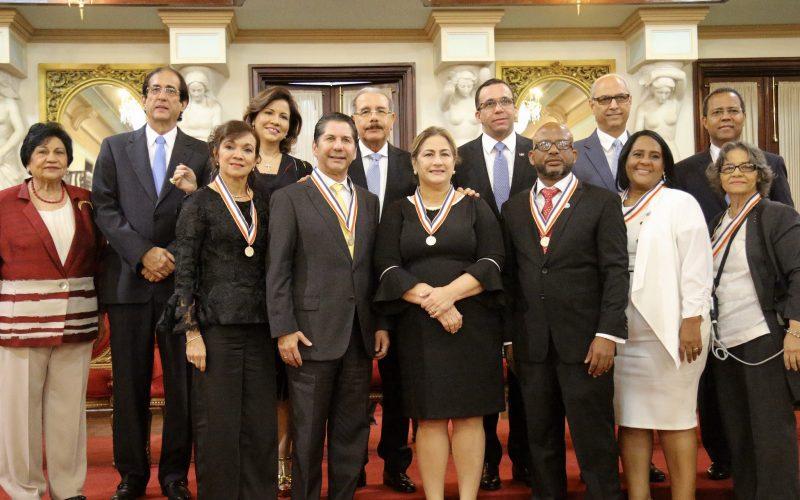 Premio a la Excelencia Magisteral Ercilia Pepín para cuatro profesores y dos centros educativos concedido por presidente Medina en Palacio Nacional