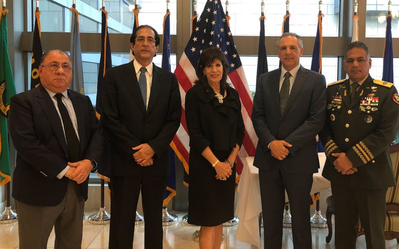 (Video) Representando al presidente Medina y al Gobierno Dominicano, ministros acuden a embajada EEUU a firmar libro de condolencias por fallecimiento de George Bush padre