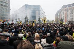 Protestan frente a sede de Unión Europea en Bruselas contra pacto migratorio de ONU; algunos se enfrentan violentamente a la policía