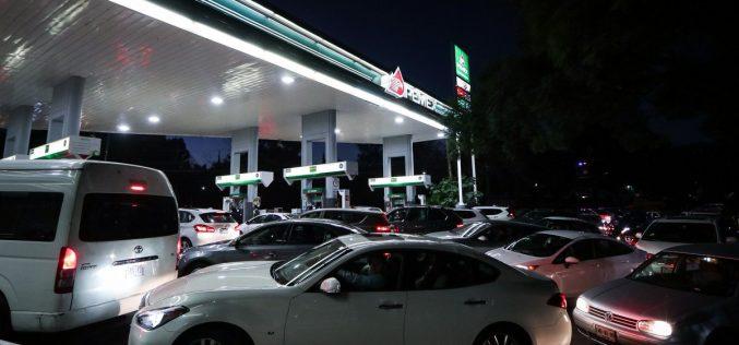 Largas colas de vehículos en estaciones de gasolina de México por medidas del gobierno para controlar el robo de combustible