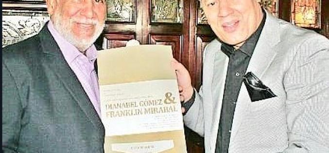Franklin Mirabal empieza a repartir invitaciones para su Boda Deportiva; el presidente de la Asociación de Cronistas Deportivos, Ramón Cuello, el primero en recibirla