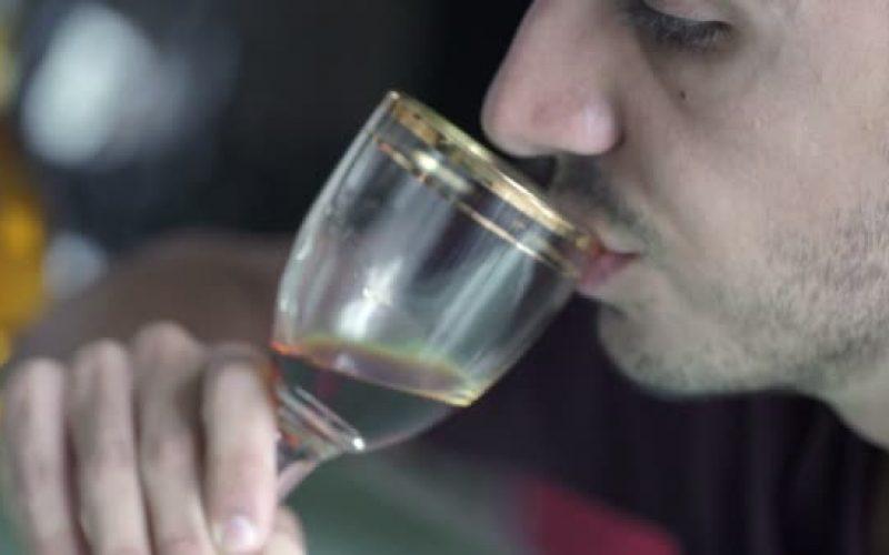 En RD adulteran el whisky y otras bebidas; en India pasan de 100 los muertos por consumir licor adulterado
