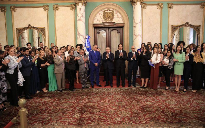 Presidente Medina recibió en Palacio a Gómez Díaz y a estudiantes participantes en Telemicro México 2019