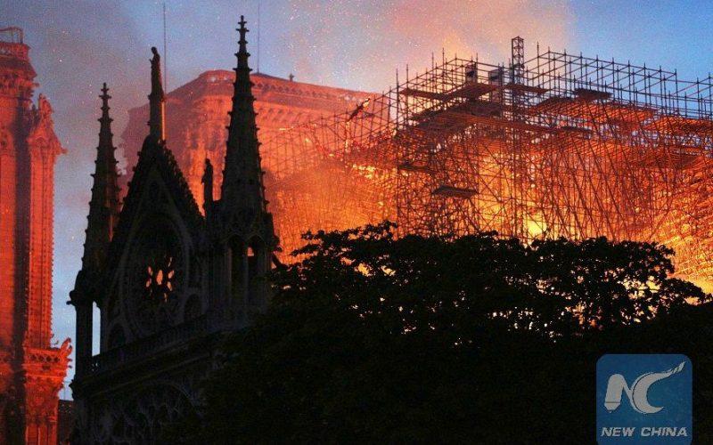 Presidente francés Emmanuel Macron promete reconstruir catedral de Notre Dame en lapso de 5 años