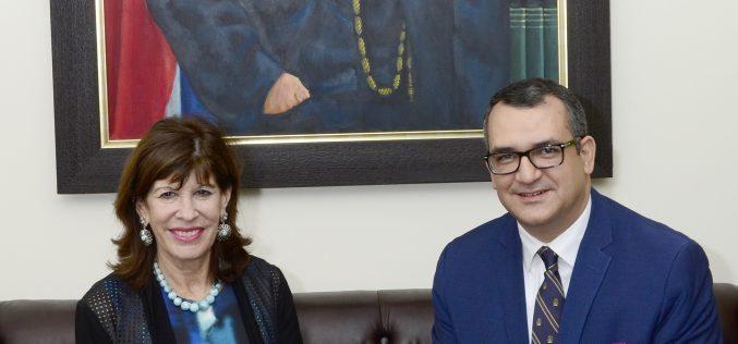 Embajadora de Estados Unidos gira visita al presidente del Tribunal Superior Electoral