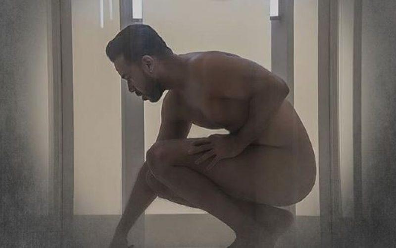 Romeo Santos y su desnudo para promover una canción