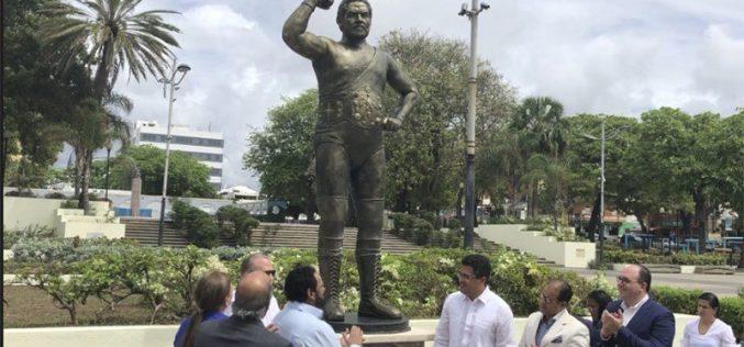 (Video) Jack Veneno agradeciendo emocionado estatua en su honor en el Parque Eugenio María de Hostos