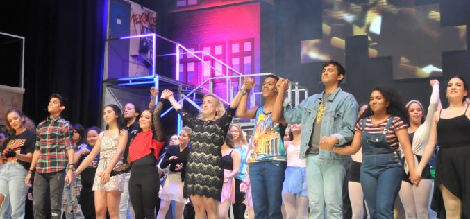 Cálidos aplausos del público para protagonistas del musical «FAME»