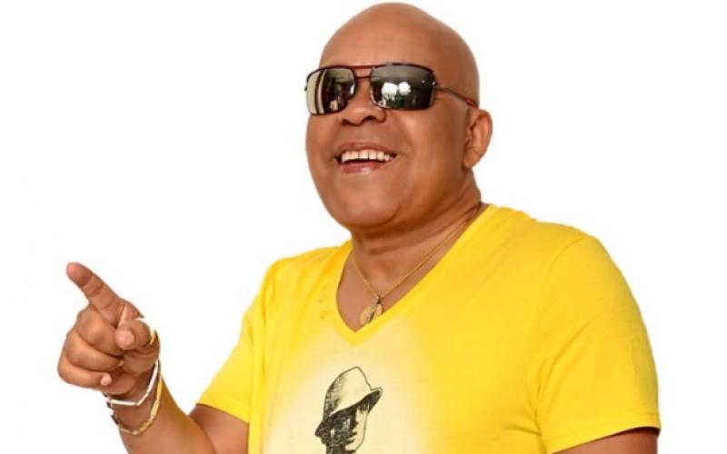 (Video) El bachatero Teodoro Reyes también es gallero, tiene su traba… Y hasta su gallera…
