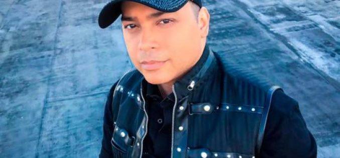 El compositor Mario Díaz acongojado por la partida de Cherito (The New York Band)