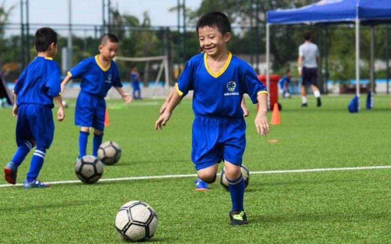 El Fútbol Club Barcelona entrenando jugadores en China