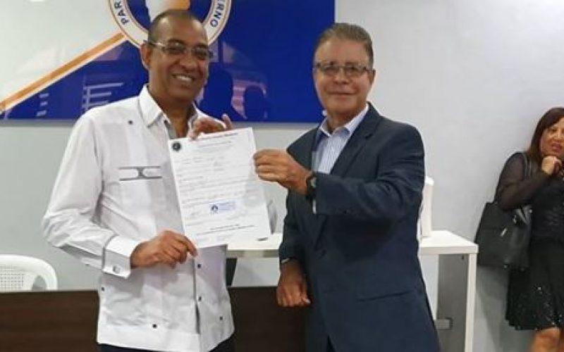 El periodista Luis José Chávez aspira a diputado; inscribió su pre-candidatura en el PRM