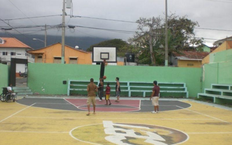 En el Batey Tres de Puerto Plata, intrusos y bullosos que se meten a jugar baloncesto a la 1 de la madrugada, no dejan dormir el barrio