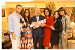 El presidente Danilo Medina «abueliando» junto a la primera dama, Cándida Montilla, con su nieta Olivia