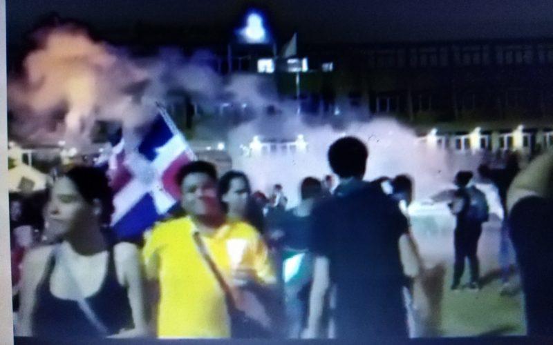 (Video) Bombas lacrimógenas contra manifestantes frente a la Junta Central Electoral