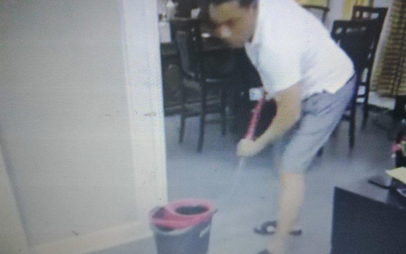 (Video) Miguel Céspedes y Raymond Pozo fregando trastes, lavando, «suapiando» y hasta limpiando inodoros en cuarentena del coronavirus