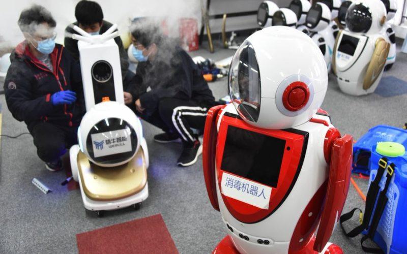 En Shangai, robots trabajan junto a médicos en combate contra el COVID-19