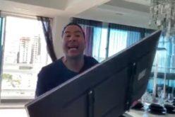 (Video) Cristian Casablanca destruye otro televisor; ésta vez no se atreve a lanzarlo desde la altura de su apartamento